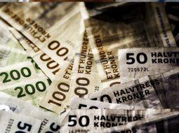 Skylder penge